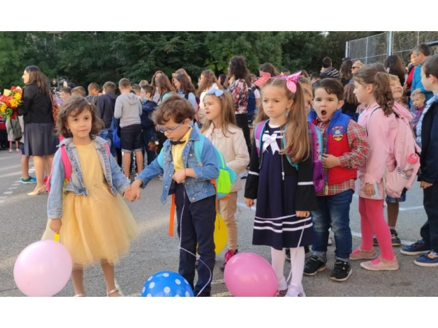 2357 училища в страната посрещат над 706 хиляди ученици