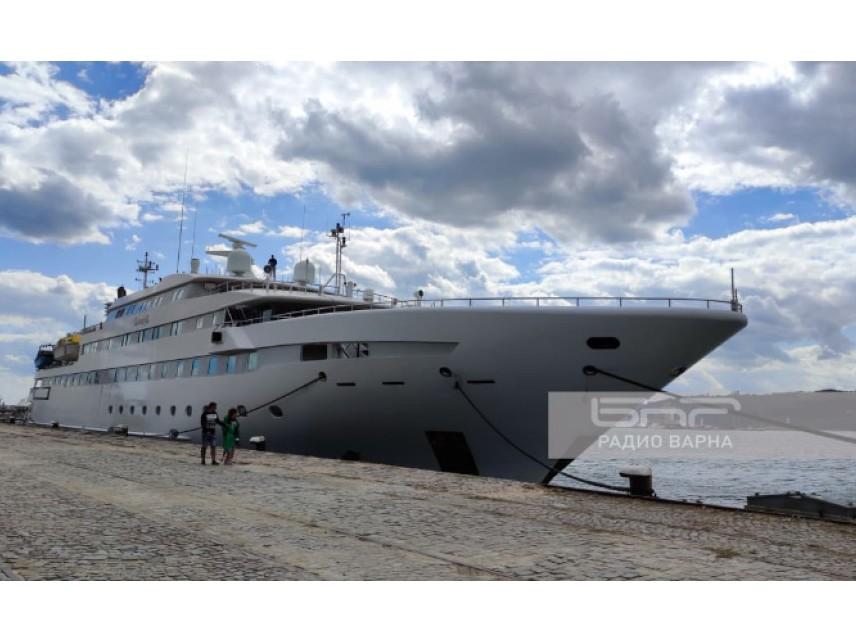 90-метрова яхта за милиони акостира във Варна